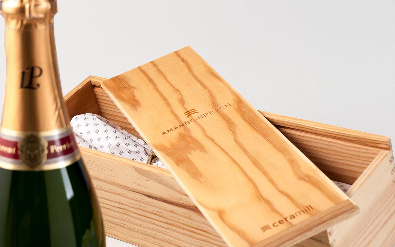 Sekt und bedruckte Holzkiste