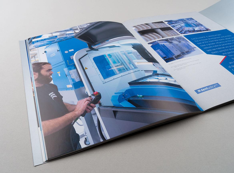 Dentustry One Doppelseite mit Foto aus Produktion