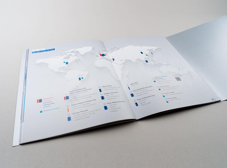 Innenseite mit Weltkarte und Standorten