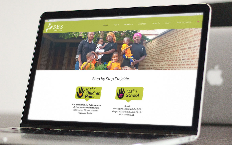 Step by Step Website auf Laptop Mockup